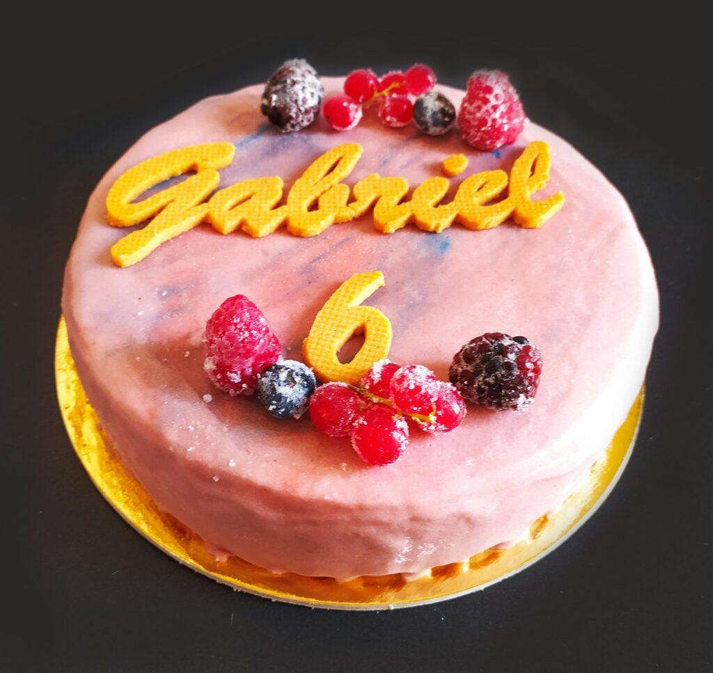 Torta con base in frolla classica, mousse ai frutti rossi, e gelè ai mirtilli e more con glassa a specchio!