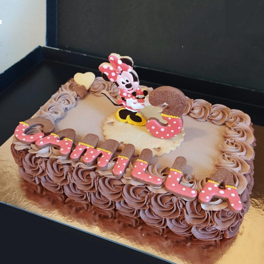 Chantilly al cioccolato per i 3 anni di Camilla! 😍 Topper con Minnie in pasta frolla e decorazione in glassa realizzata a mano.