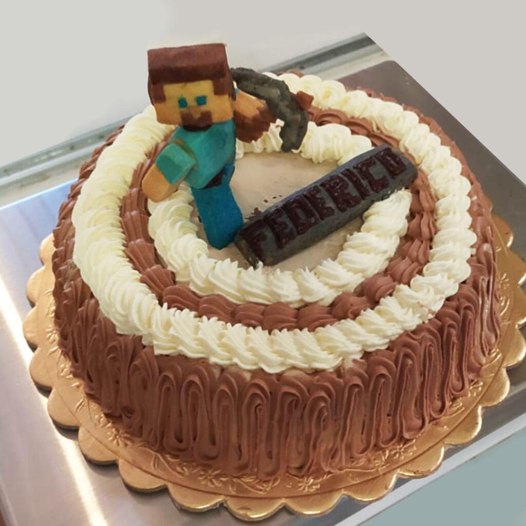 Torta chantilly al cioccolato con personaggio di minecraft.