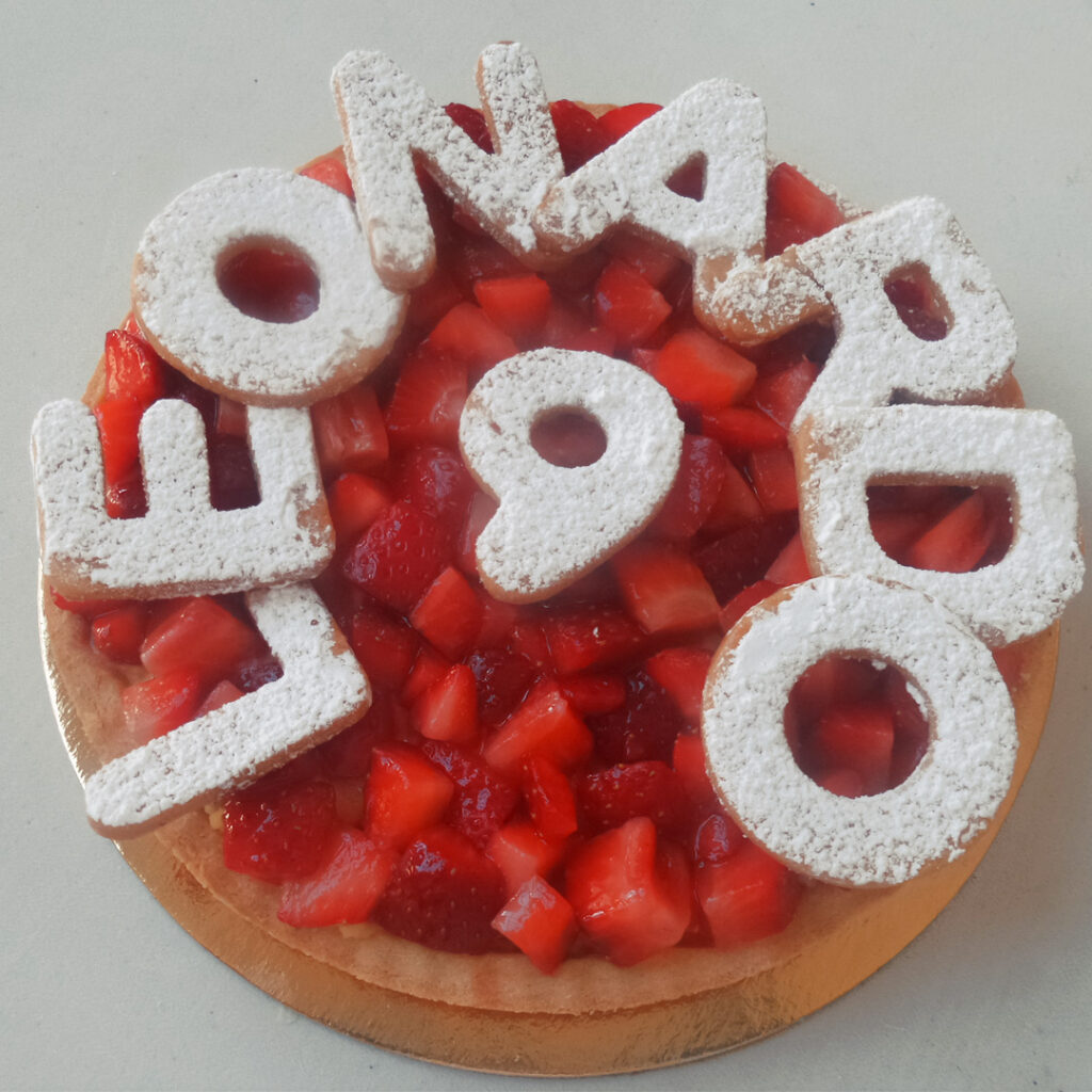 Crostata frutta con scritta personalizzata in frolla.