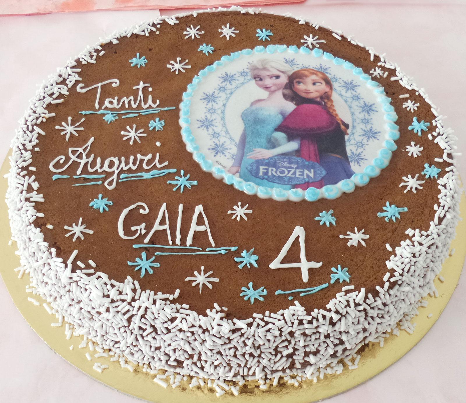 torta al cioccolato semplice decorata con granella di zucchero e cialda in  pasta di zucchero