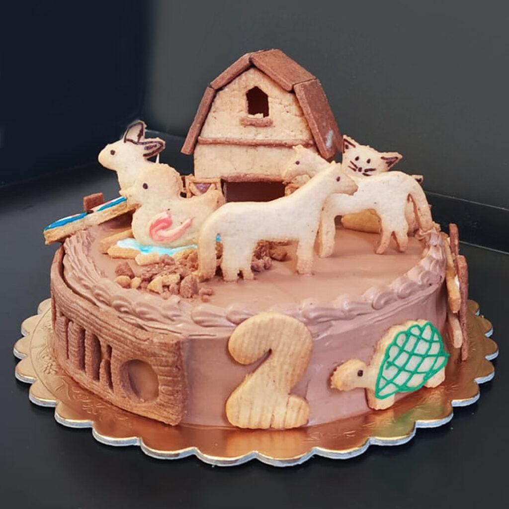 Torta chantilly al cioccolato con fattoria frolla artistica.